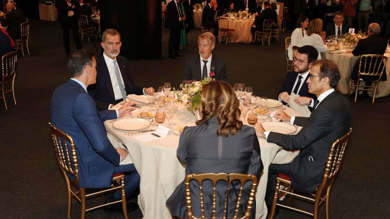 El rey Felipe VI, Pedro Sánchez y Pere Aragonès cenan juntos en la inauguración del Mobile