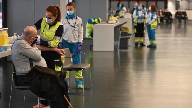 Un miembro de la EMA advierte que AstraZeneca tampoco se debería inocular a los mayores de 60 años